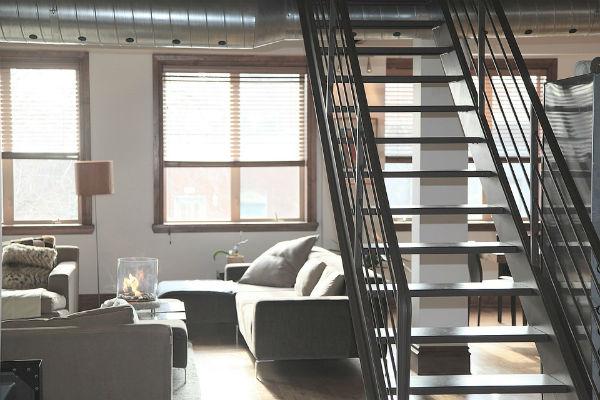階段のデッドスペースを素敵に有効活用!