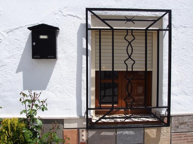 出窓で部屋に開放感を。中から、外から効果的な出窓設計